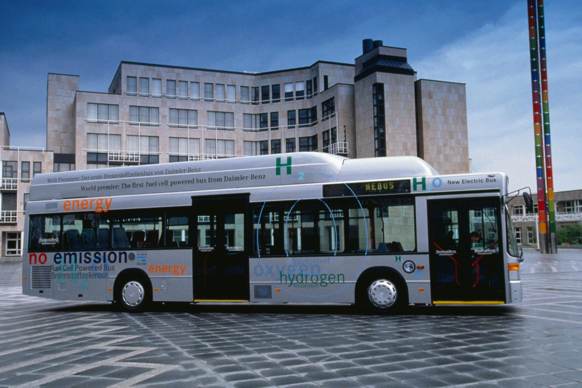 Mercedes-Benz NEBUS O 405 N, 1997. Es ist der erste linientaugliche Bus mit Brennstoffzellenantrieb. Damit trägt Mercedes-Benz die Brennstoffzellentechnologie auch in den Nutzfahrzeugbereich.