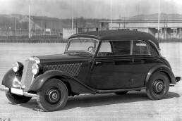Mercedes-Benz 170 V (W 136), präsentiert im Februar 1936 auf der IAMA in Berlin. Es ist der verkaufsstärkste Mercedes-Benz Personenwagen vor dem Zweiten Weltkrieg. Insgesamt gibt es sechs Pkw-Karosserievarianten. Das Foto zeigt das Cabriolet B mit geschlossenem Verdeck. Außerdem entstehen Nutzfahrzeugvarianten auf Basis des 170 V.