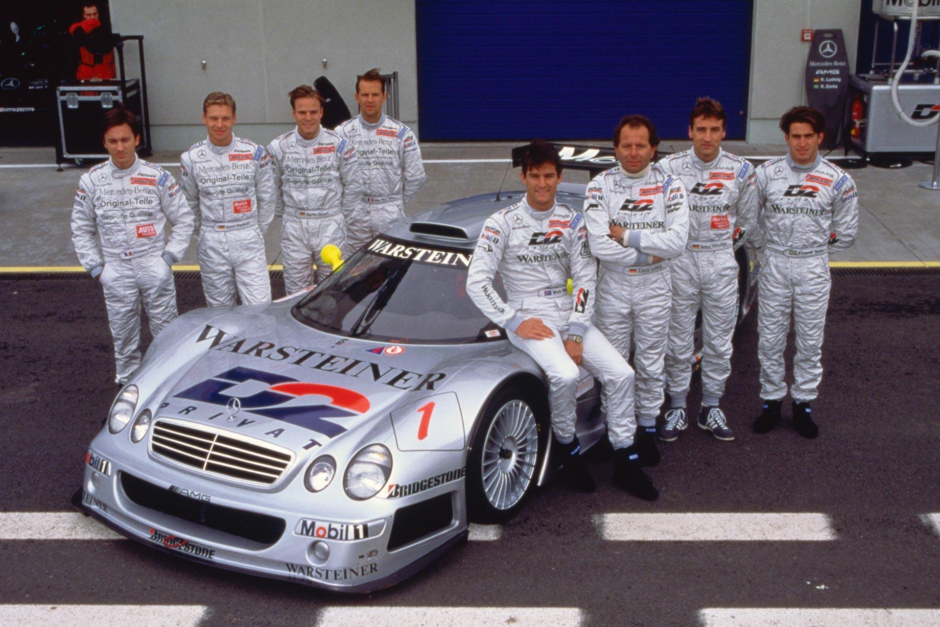 Ricardo Zonta (ganz rechts) mit der Mercedes-Benz Fahrermannschaft für die FIA-GT-Meisterschaft 1998 und einem Mercedes-Benz CLK-GTR Rennsport-Tourenwagen. Von links nach rechts: Christophe Bouchut, Bernd Mayländer, Marcel Tiemann, Jean-Marc Gounon, Mark Webber, Klaus Ludwig, Bernd Schneider und Ricardo Zonta.