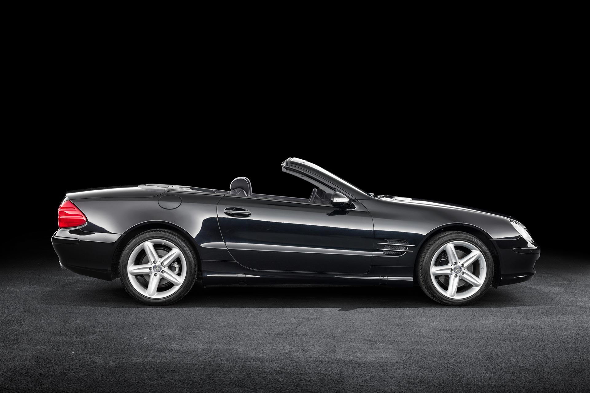 Mercedes-Benz SL 500 (R 230). Sondermodell Edition 50. Fahrzeug aus dem Jahr 2001. Produktionszeitraum der Baureihe 2001 bis 2012. Studiofoto von rechts.