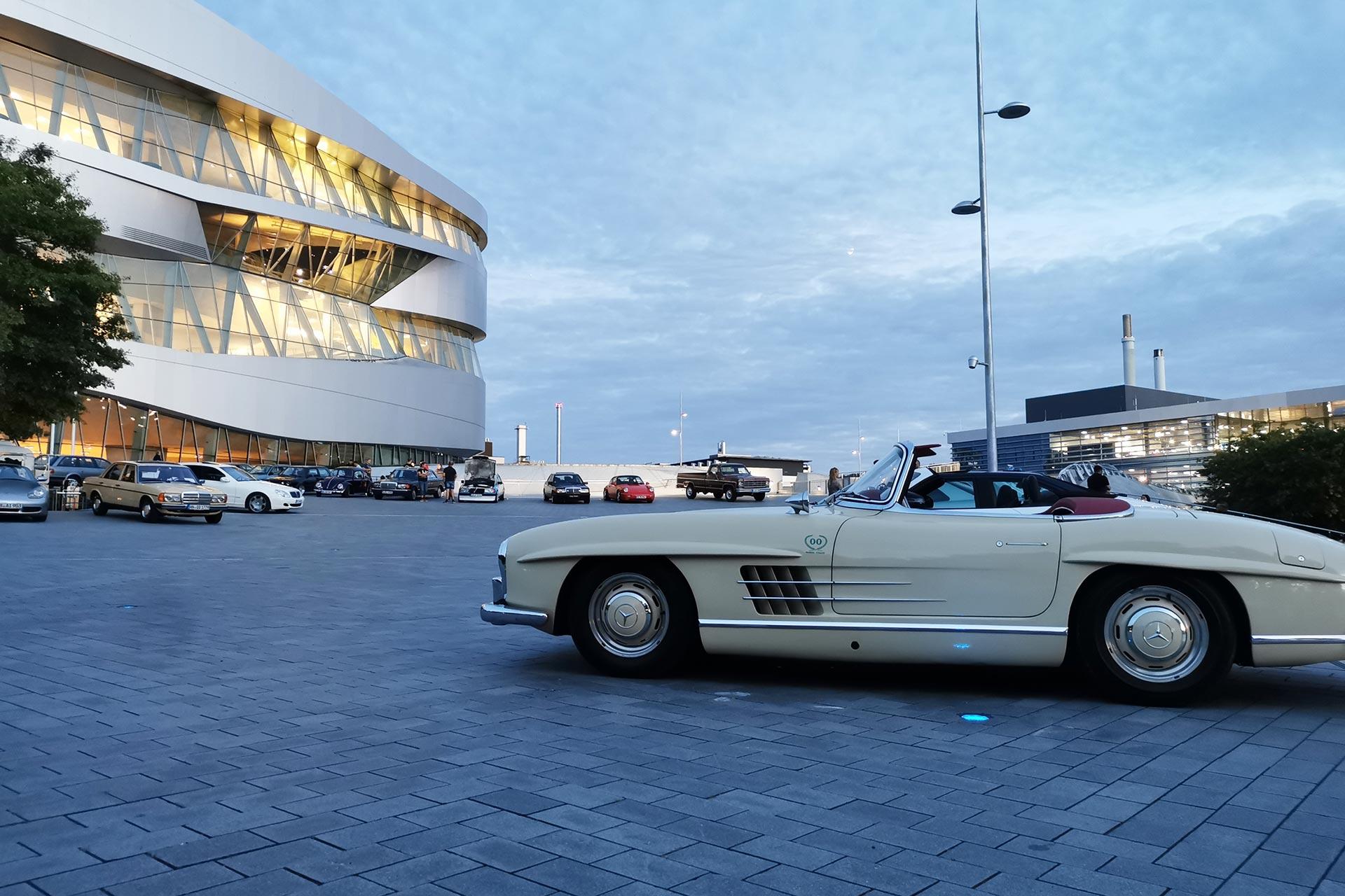 """Mercedes-Benz Museum in Stuttgart, """"Cars & Coffee"""" auf dem Freigelände. Foto vom Juli 2020."""