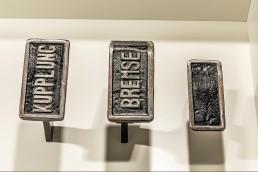 """Die Pedalerie: Ab den 1920er-Jahren setzt sich die bis heute gebräuchliche Anordnung durch. Beim Exponat der """"33 Extras"""" im Mercedes-Benz Museum sind sogar Kupplung und Bremse eindeutig beschriftet."""