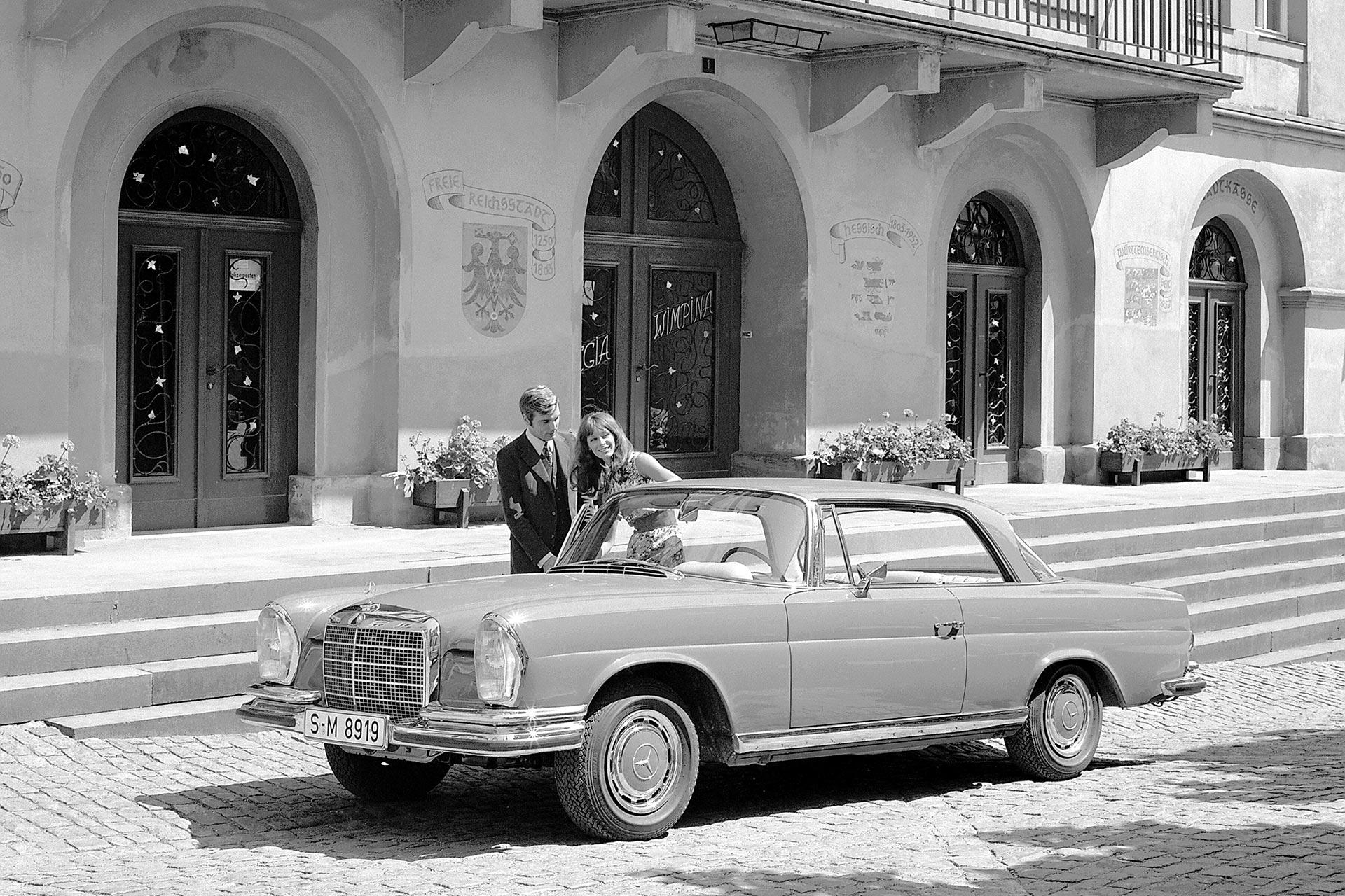 Mercedes-Benz 220 SE Coupé (W 111). Das Fahrzeug wird im Jahr 1961 auf dem Auto-Salon Genf der Öffentlichkeit präsentiert. Das Foto zeigt ein 280 SE 3.5 Coupé mit Achtzylindermotor aus dem Jahr 1969.