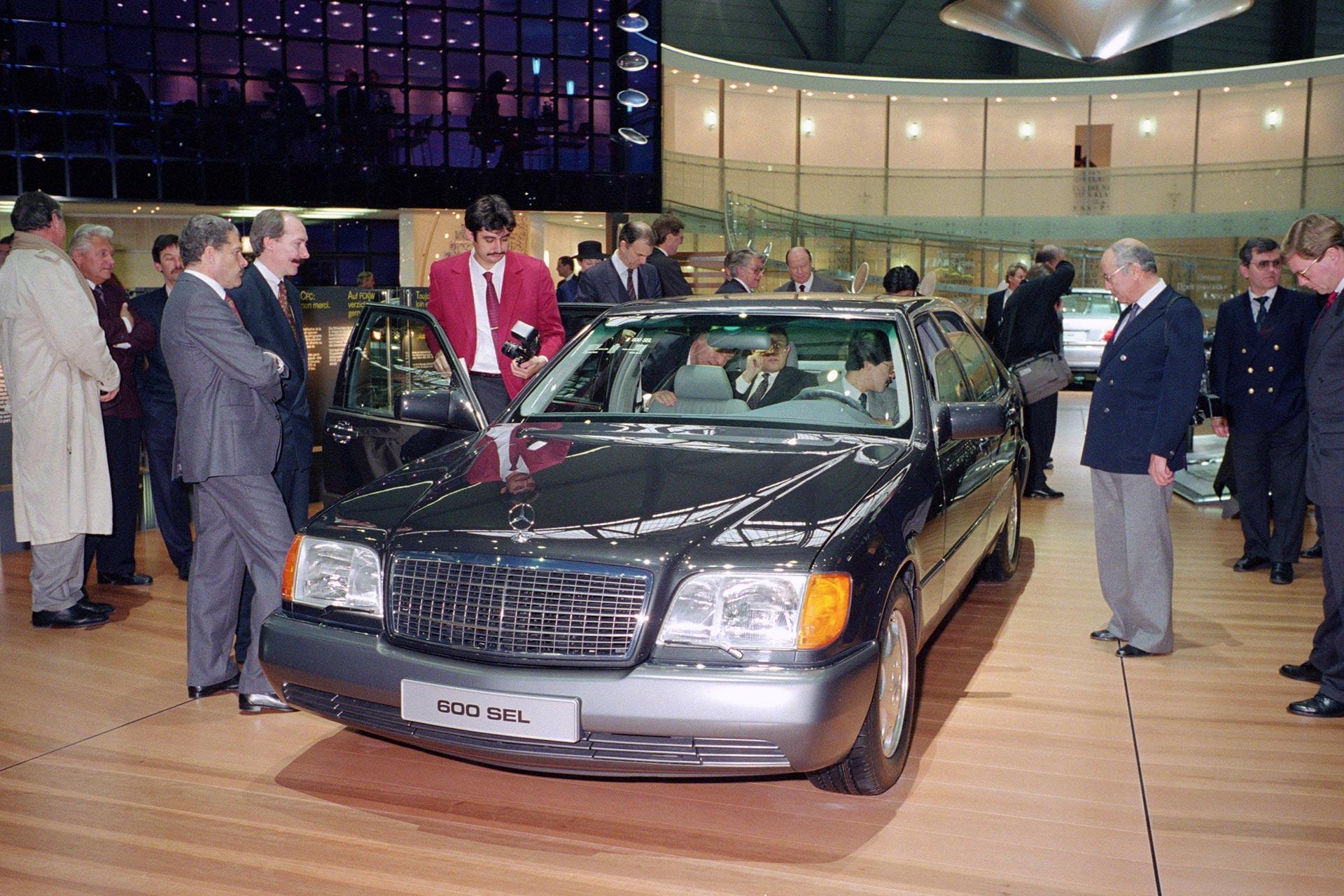 Mercedes-Benz S-Klasse (Baureihe 140). Die Limousine erlebt ihre Weltpremiere im Jahr 1991 auf dem Auto-Salon Genf. Das Foto zeigt einen 600 SEL mit Zwölfzylindermotor. Aufnahme aus dem Jahr 1991.