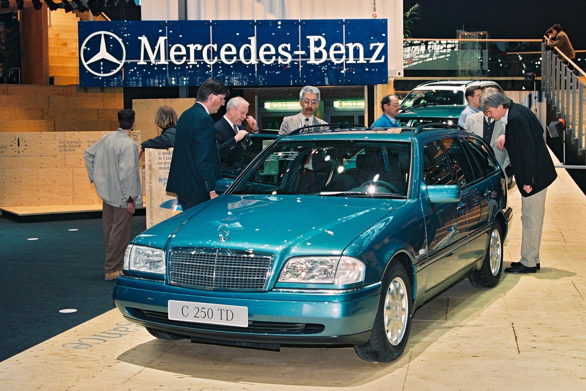 Mercedes-Benz C-Klasse T-Modell (Baureihe 202). Das erste T-Modell der C-Klasse zeigt die Marke erstmals auf dem Auto-Salon Genf 1996. Das Foto zeigt ein C 250 Turbodiesel T-Modell. Aufnahme aus dem Jahr 1996.