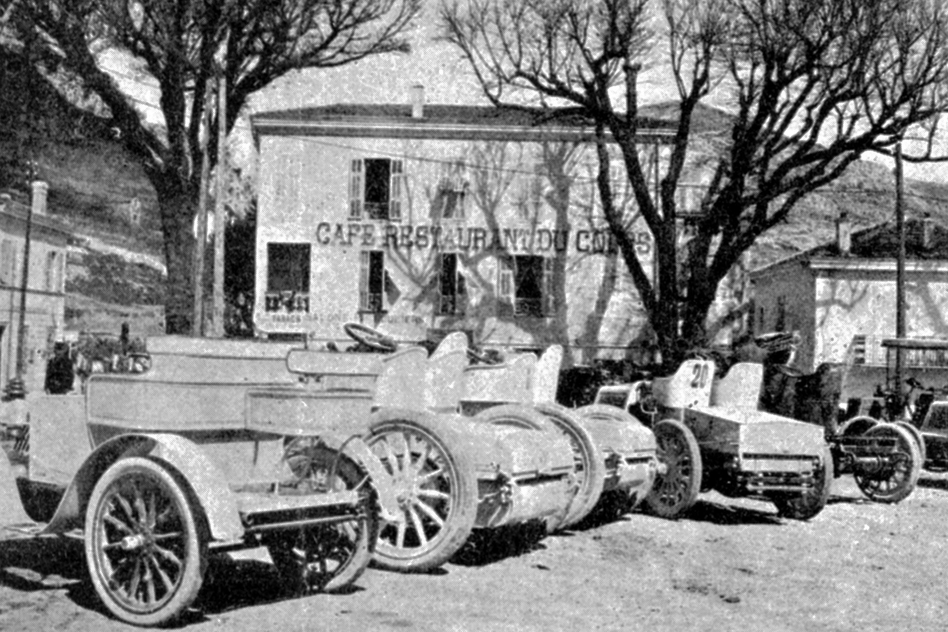 """Woche von Nizza, 25. bis 29. März 1901. Bergrennen Nizza–La Turbie am 29. März 1901. Mehrere Fahrzeuge der Klasse der zweisitzigen Rennwagen in La Turbie. Das zweite Fahrzeug von links ist der Mercedes 35 PS von Albert """"Georges"""" Lemaître (Platz 2), rechts daneben der Mercedes 35 PS des Siegers Wilhelm Werner (Startnummer 5)."""