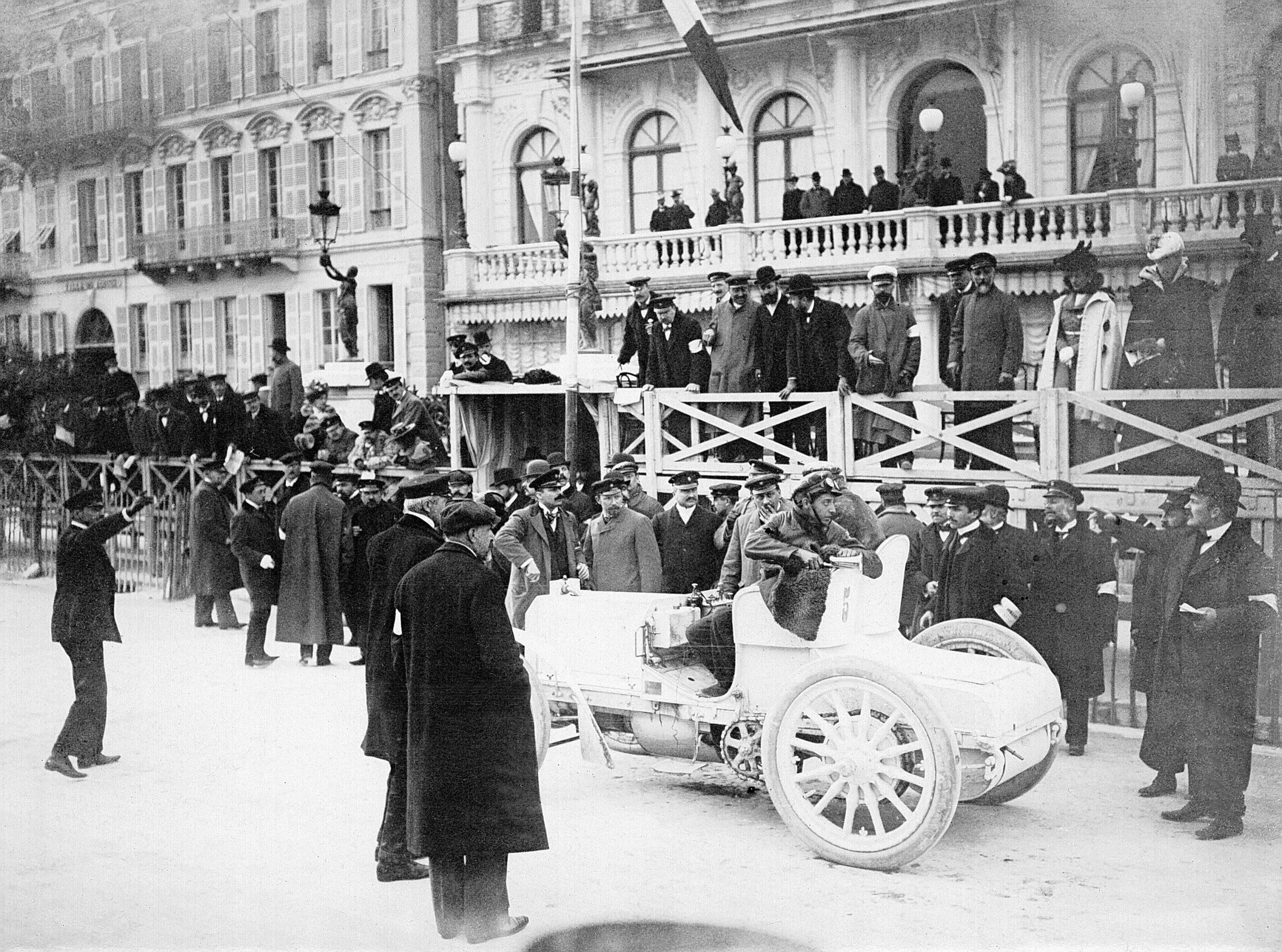 Woche von Nizza, 25. bis 29. März 1901. Foto des Mercedes 35 PS von Baron de Rothschild, gefahren von Wilhelm Werner, auf der Promenade des Anglais in Nizza. Emil Jellinek (mit Backenbart) steht rechts hinter dem Fahrzeug innerhalb der Absperrungen.