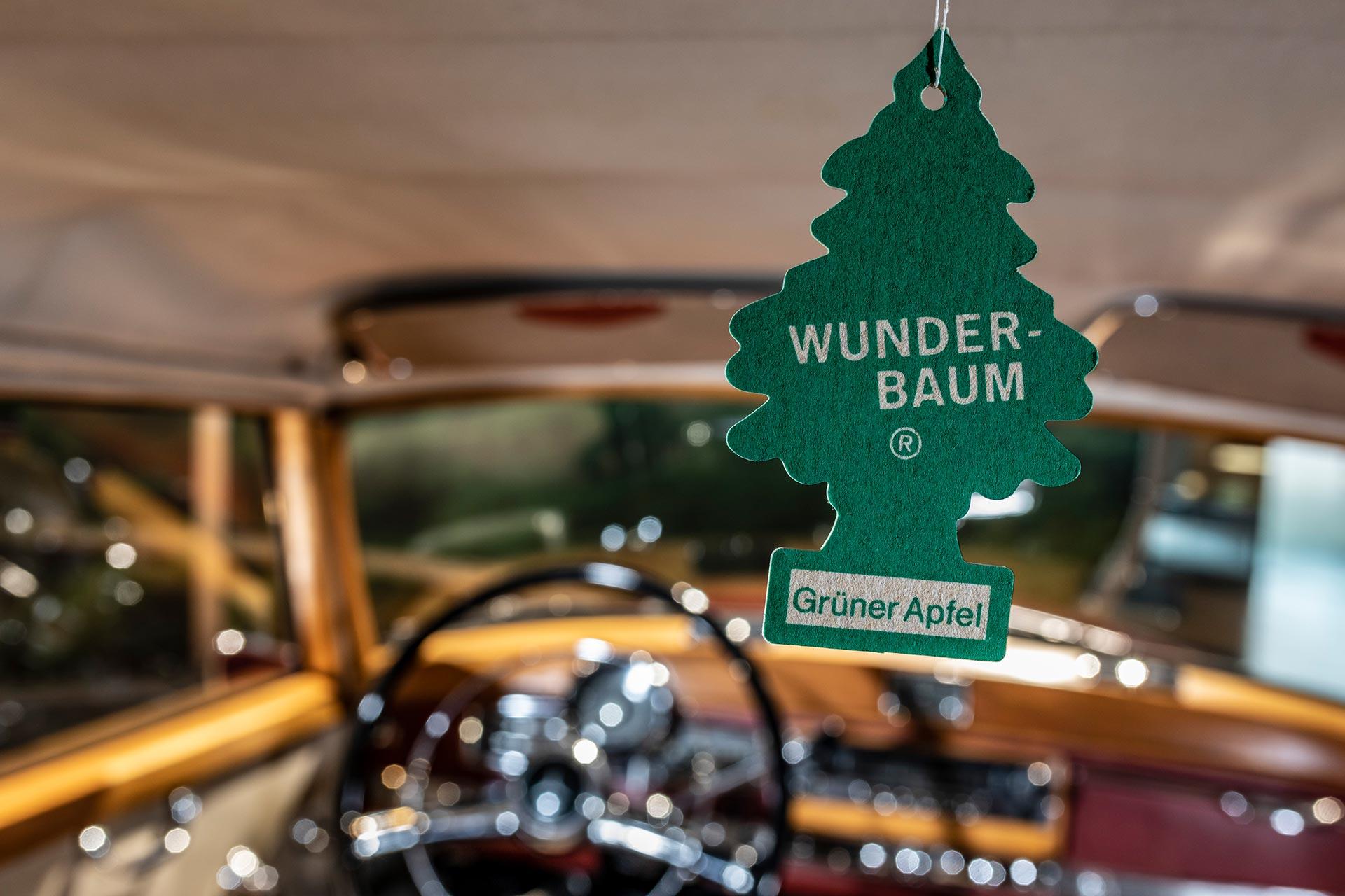 """Der Wunderbaum: Er tritt in den 1950er-Jahren seinen Siegeszug an. In ihm sind Duftstoffe gebunden und werden über einen längeren Zeitraum an die Luft abgegeben. Exponat der """"33 Extras"""" im Mercedes-Benz Museum."""