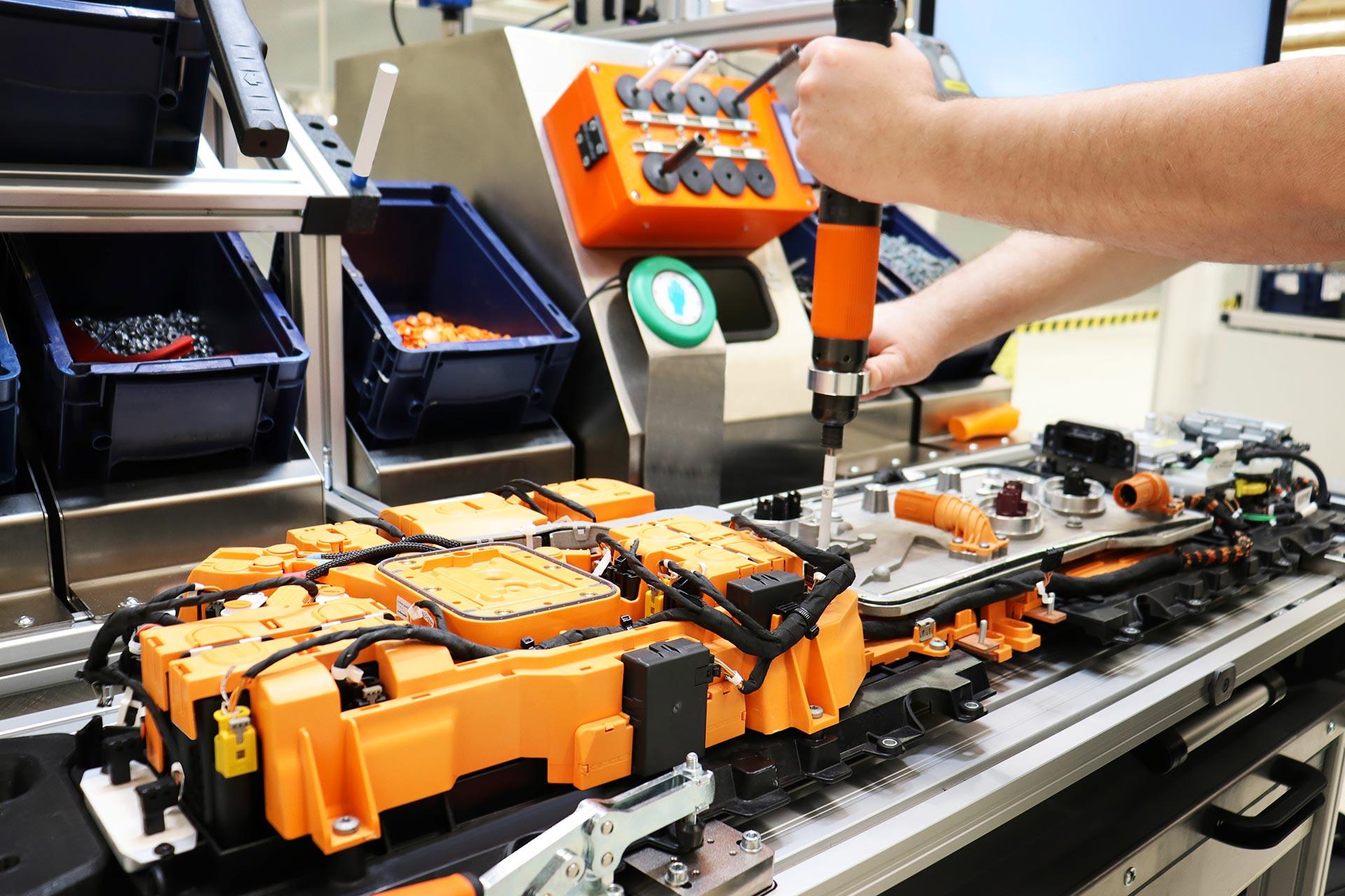 b 2021 ergänzt der Standort sein Produktportfolio u.a. um die Montage des sogenannten EE-Compartment zur intelligenten Integration der Leistungselektronik für u.a. EQS-Batteriesysteme.