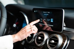"""Kontaktlose Tankabwicklung: Der neue Mercedes Me Dienst """"Fuel & Pay"""" für digitales Bezahlen an der Zapfsäule ist an den Start gegangen. Mercedes me Nutzer können den Dienst kostenlos nutzen und bequem digital bezahlen – ganz ohne Gang in die Tankstelle oder Kartenzahlung am Automaten. Dieser innovative Service lässt sich sowohl über die Mercedes me App als auch über das Infotainment-System MBUX bequem direkt aus dem Fahrzeug heraus steuern."""