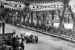 """1000-Meilen-Rennen """"Mille Miglia"""" mit Start und Ziel in Brescia, 12./13. April 1931. Der spätere Sieger Rudolf Caracciola mit Beifahrer Wilhelm Sebastian (Startnummer 87) im Mercedes-Benz Typ SSKL (W 06 RS) auf dem Raticosa-Pass."""