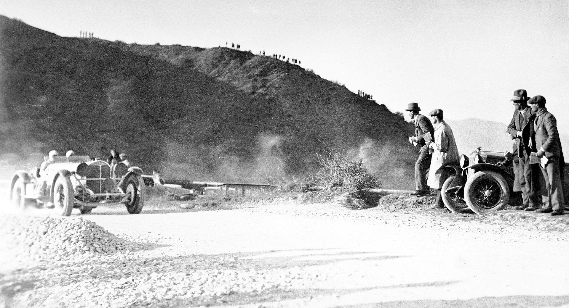"""000-Meilen-Rennen """"Mille Miglia"""" mit Start und Ziel in Brescia, 12./13. April 1931. Der spätere Sieger Rudolf Caracciola mit Beifahrer Wilhelm Sebastian (Startnummer 87) im Mercedes-Benz Typ SSKL (W 06 RS) auf dem Raticosa-Pass."""