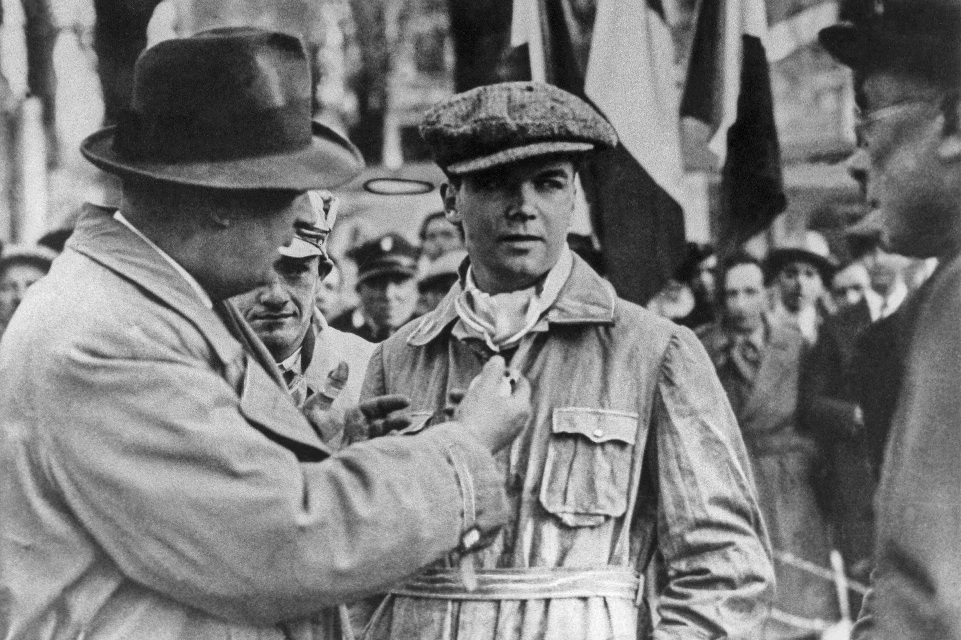"""000-Meilen-Rennen """"Mille Miglia"""" mit Start und Ziel in Brescia, 12./13. April 1931. Rennleiter Alfred Neubauer und der Sieger Rudolf Caracciola mit Beifahrer Wilhelm Sebastian (in der Mitte)."""