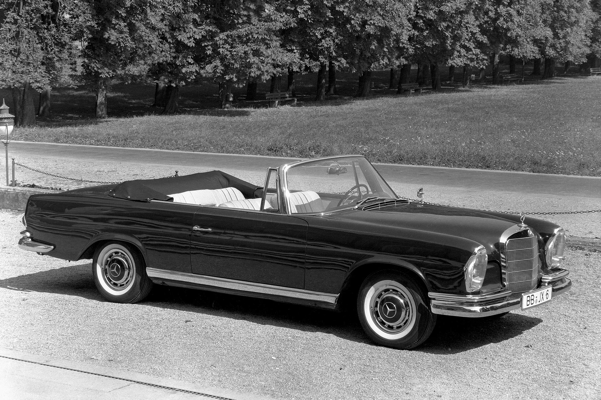 Mercedes-Benz 220 SE Cabriolet (Baureihe W 111). Aufnahme aus dem Jahr 1961. Mit verschiedenen Motorisierungen wird das Cabriolet der Baureihen W 111/W 112 von 1961 bis 1971 gebaut.