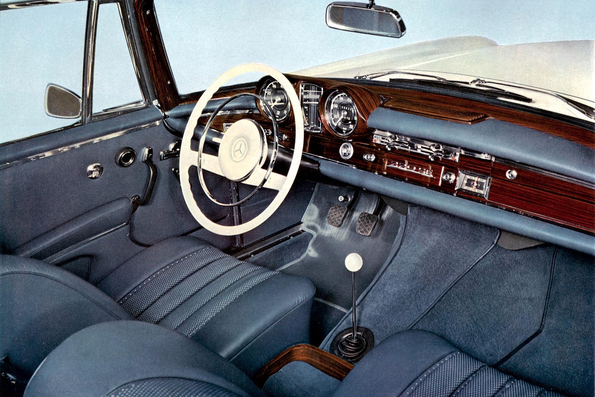 Mercedes-Benz 220 SE Coupé und Cabriolet (Baureihe W 111), Interieur. Mit verschiedenen Motorisierungen wird das Cabriolet der Baureihen W 111/W 112 von 1961 bis 1971 gebaut.