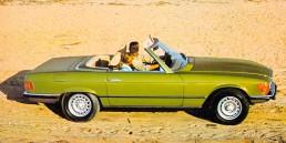 Mercedes-Benz 350 SL (R 107, Produktionszeitraum 1971 bis 1989). Zeitgenössisches Genrefoto von rechts.