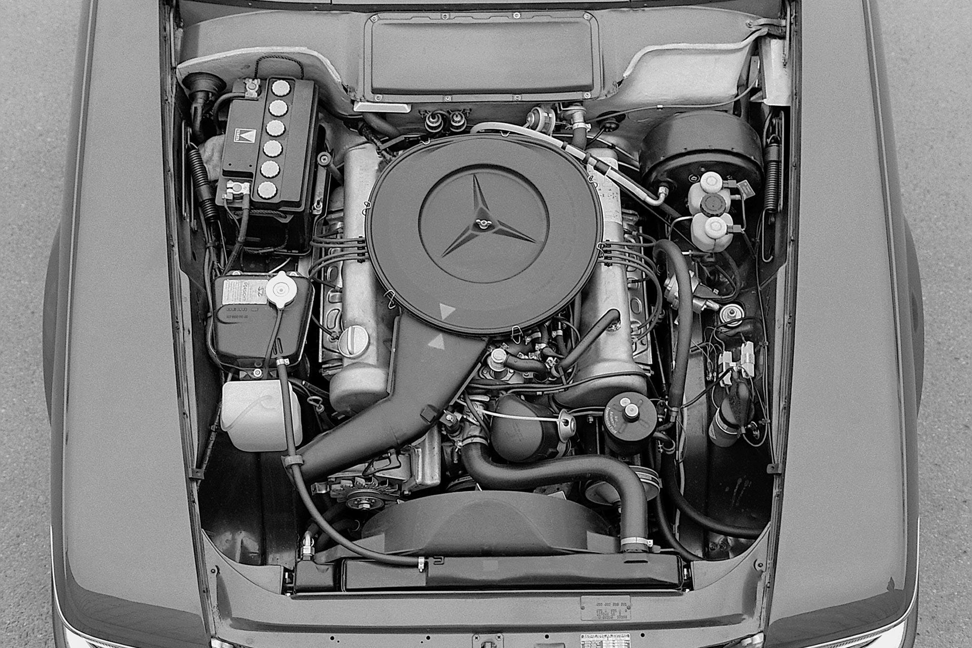Mercedes-Benz 350 SL (R 107, Produktionszeitraum 1971 bis 1989). Foto des Motorraums.