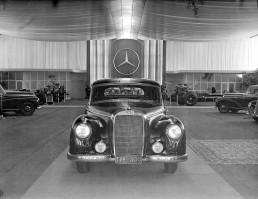 IAA 1951: Mercedes-Benz meldet sich mit den Personenwagen 220 (W 187) und 300 (W 186) auf dem internationalen Parkett zurück. Das Foto zeigt den 300 auf dem Messestand.