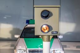 """Der Starenkasten: Seit 1959 werden in der Bundesrepublik Deutschland Anlagen zur Geschwindigkeitsüberwachung eingesetzt. Diese stationäre Variante trägt ihren Namen wegen der an einen Nistkasten erinnernden Form. Exponat der """"33 Extras"""" im Mercedes-Benz Museum."""