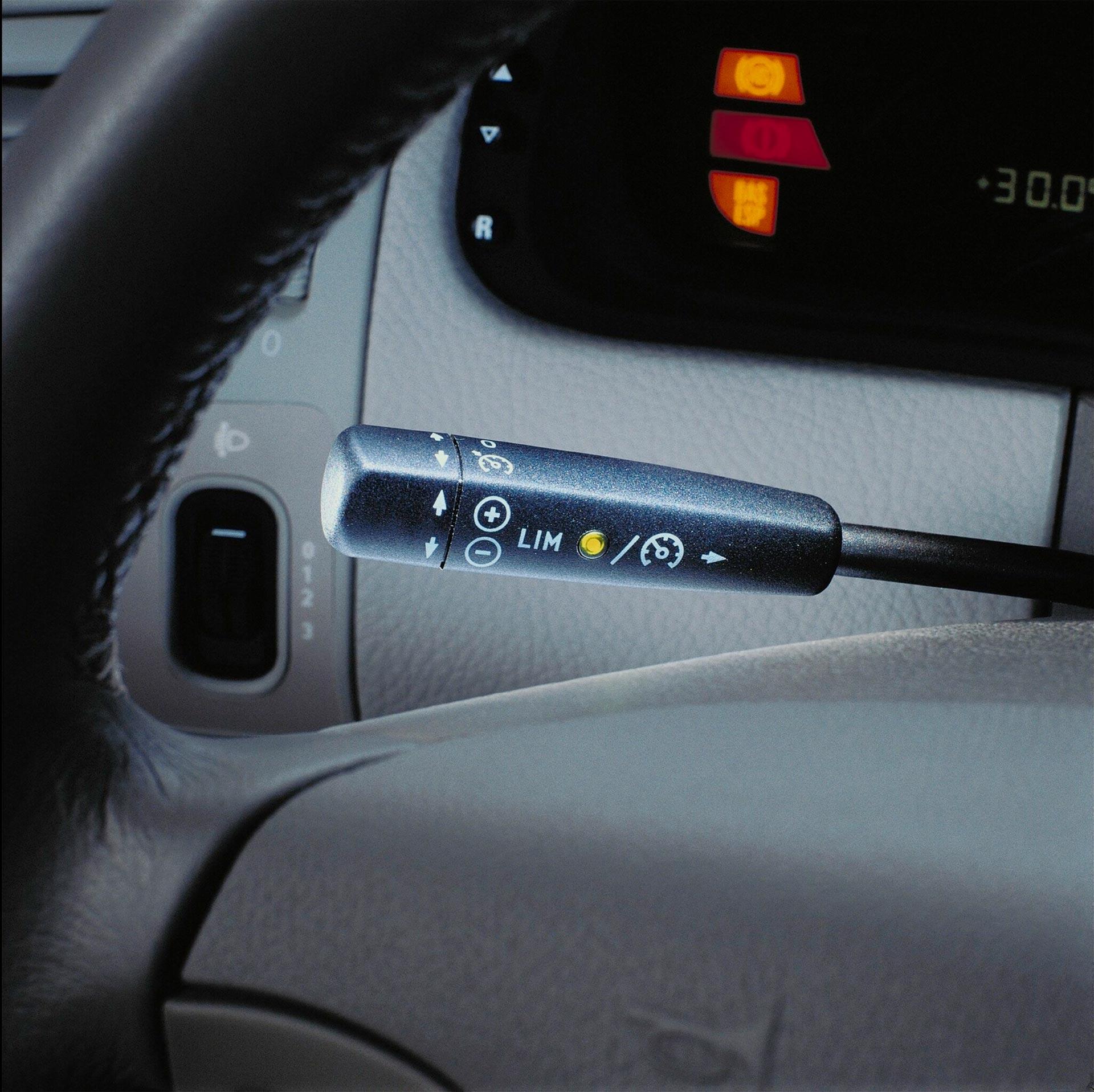 Der Limiter: Beim variablen Tempomaten SPEEDTRONIC kann die passende Höchstgeschwindigkeit gewählt werden. Foto aus einer Mercedes-Benz E-Klasse Limousine der Baureihe 210 aus dem Jahr 1999.