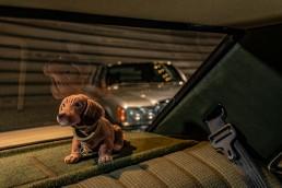 ie Hutablage: Hutablage in einer Mercedes-Benz Limousine der Baureihe 124 mit seitlichen Aussparungen für die pneumatisch versenkbaren Kopfstützen im Fond und einer Mulde für die Unterbringung des Verbandskastens. Foto aus dem Jahr 1984.