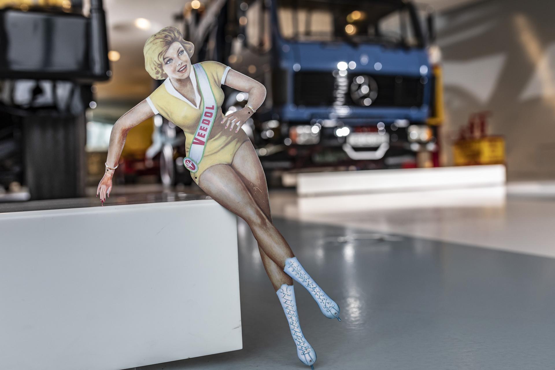"""Die Veedol-Frau: ein berühmtes Werbemotiv des Schmierstoffherstellers. Entworfen hat es 1952 der Grafiker Heinz Fehling und greift mit dieser Umsetzung die Themen Leichtigkeit und Geschwindigkeit auf. Die Veedol-Frau ist eines von """"33 Extras"""" im Mercedes-Benz Museum."""