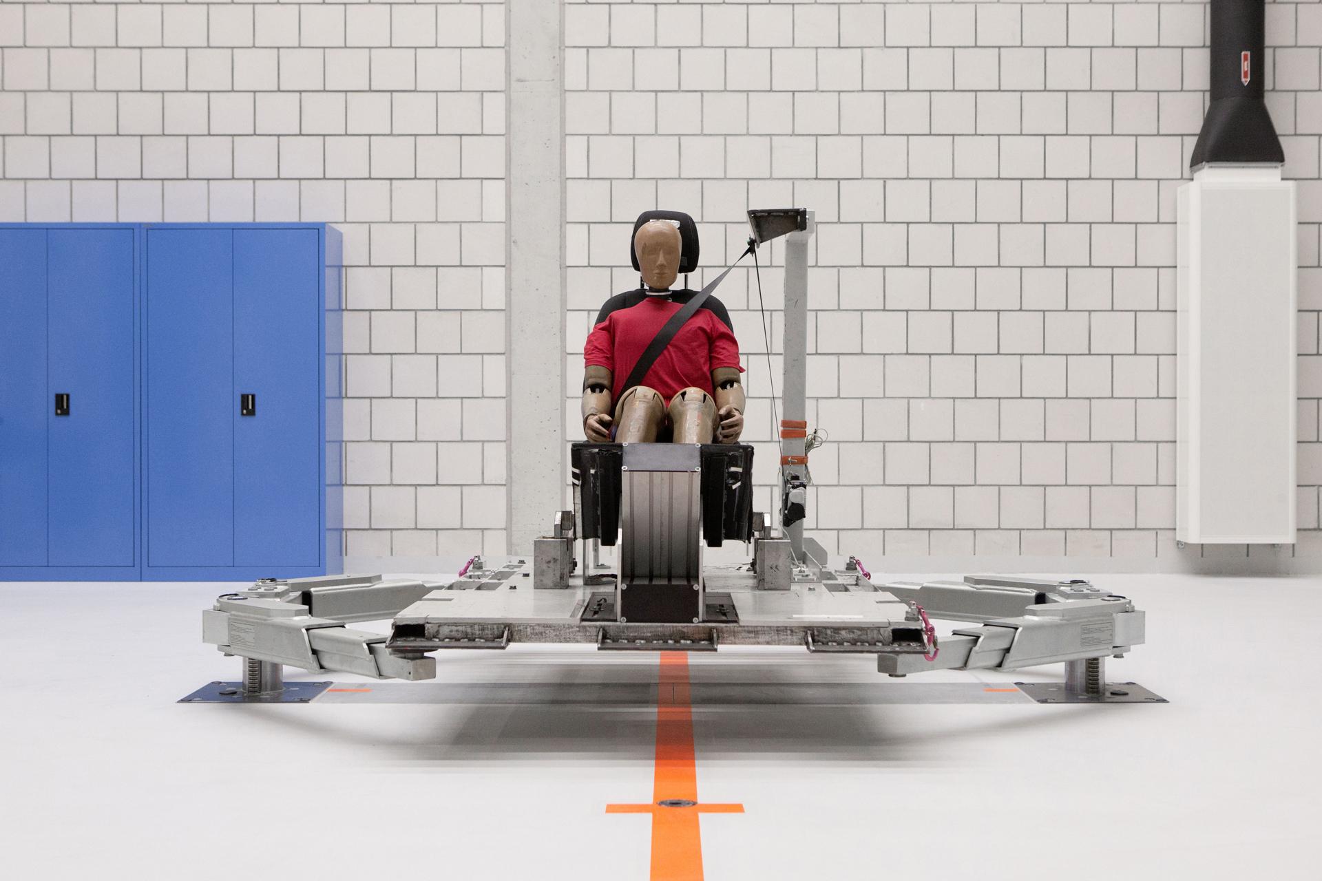 Im Mercedes-Benz Technologiezentrum Fahrzeugsicherheit (TFS) in Sindelfingen werden auch einzelne Komponenten der Fahrzeugsicherheit entwickelt und erprobt. Für Rückhaltesysteme wie Sicherheitsgurte stehen Schlittenanlagen zur Verfügung. Foto aus dem Jahr 2016.