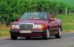 Mercedes-Benz 300 CE-24 Cabriolet der Baureihe 124. Fahraufnahme mit geöffnetem Verdeck von links vorn.