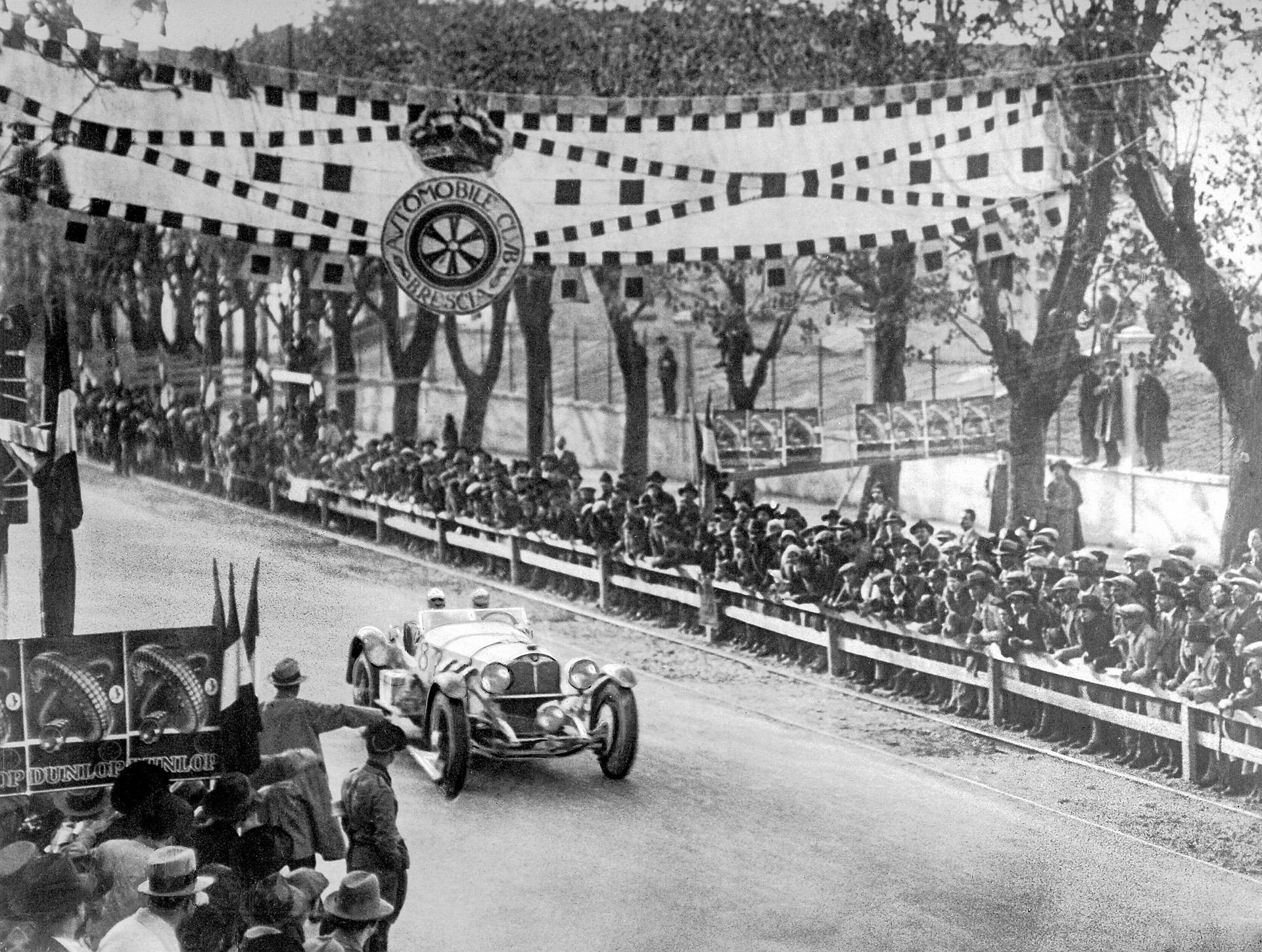 """1.000-Meilen-Rennen """"Mille Miglia"""" mit Start und Ziel in Brescia, 12./13. April 1931. Der Sieger Rudolf Caracciola mit Beifahrer Wilhelm Sebastian (Startnummer 87) im Ziel auf Mercedes-Benz Typ SSKL (W 06 RS). Zum ersten Mal wird damit ein nicht aus Italien stammender Rennfahrer Gesamtsieger dieses berühmten italienischen Rennens"""