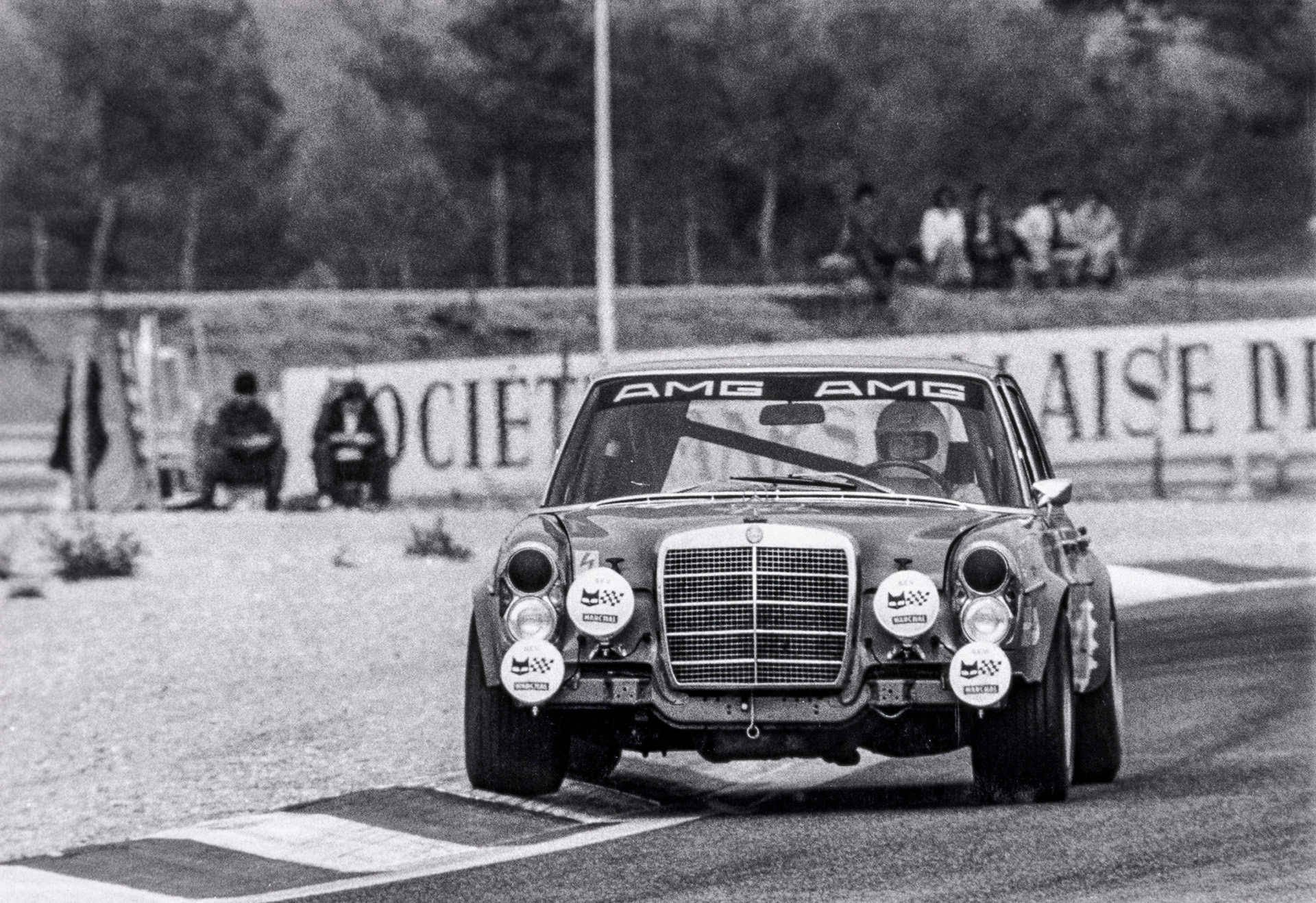 24-Stunden-Rennen von Spa-Francorchamps am 24. Juli 1971. Die Mercedes-Benz 300 SEL 6.8 AMG Rennlimousine (W 109) mit den Fahrern Hans Heyer und Clemens Schickentanz holt Platz zwei im Gesamtklassement und den Klassensieg. Es ist der erste international beachtete Erfolg von AMG im Motorsport.