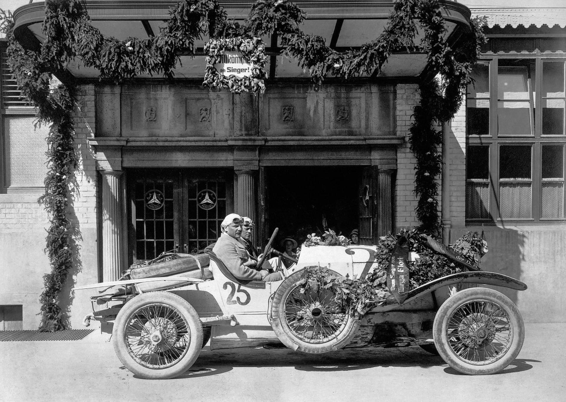 Max Sailer und Beifahrer Hans Rieger beim Empfang im Werk Untertürkheim mit dem bei der Targa Florio 1921 erfolgreichen Mercedes 28/95 PS Sport mit Vierradbremse.