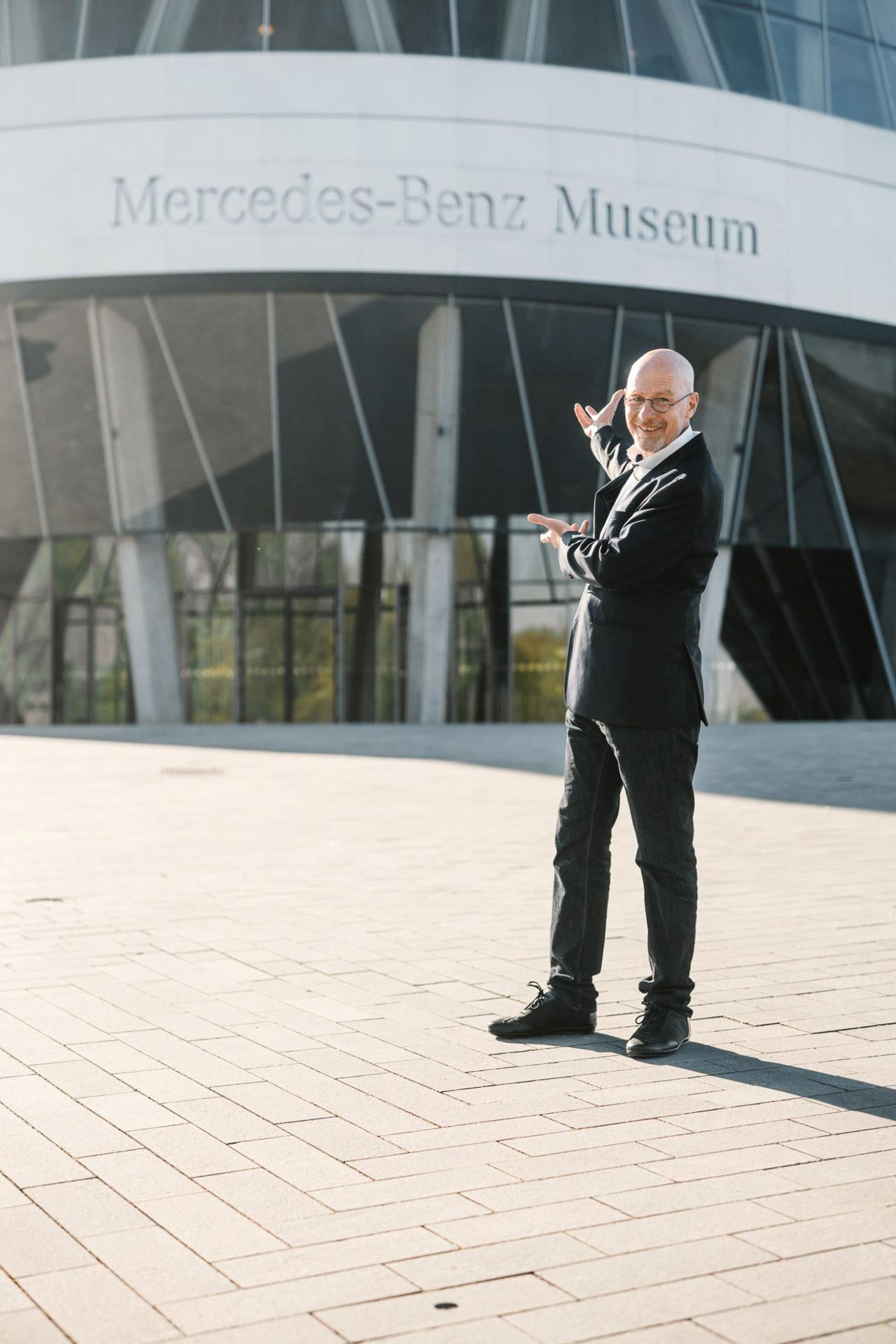 Virtuell durchs Mercedes-Benz Museum? Das Museum bietet über die Webseite und Social Media umfangreiche Möglichkeiten, die Dauerausstellung digital zu erkunden. Unter anderem mit Museumsguide Pádraic Ó Leanacháin.