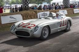 Sir Stirling Moss (17. September 1929 bis 12. April 2020) im Mercedes-Benz 300 SLR (W 196 S) beim Goodwood Festival of Speed 2015.