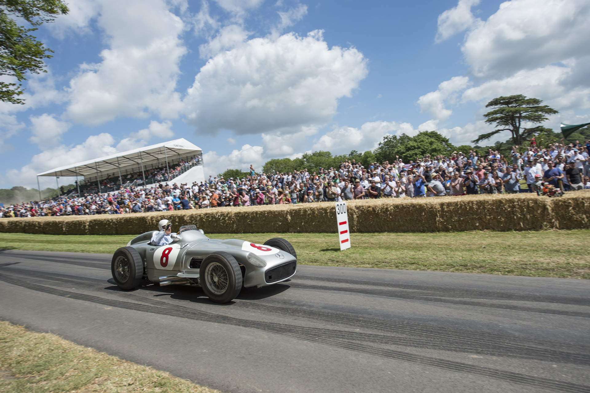 Sir Stirling Moss (17. September 1929 bis 12. April 2020) im Silberpfeil Mercedes-Benz W 196 R beim Goodwood Festival of Speed 2015.