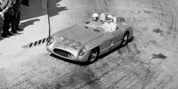 Mille Miglia (Brescia/Italien), 1. Mai 1955. Die späteren Sieger Stirling Moss/Denis Jenkinson (Startnummer 722) auf der Strecke im Mercedes-Benz Rennsportwagen 300 SLR (W 196 S).