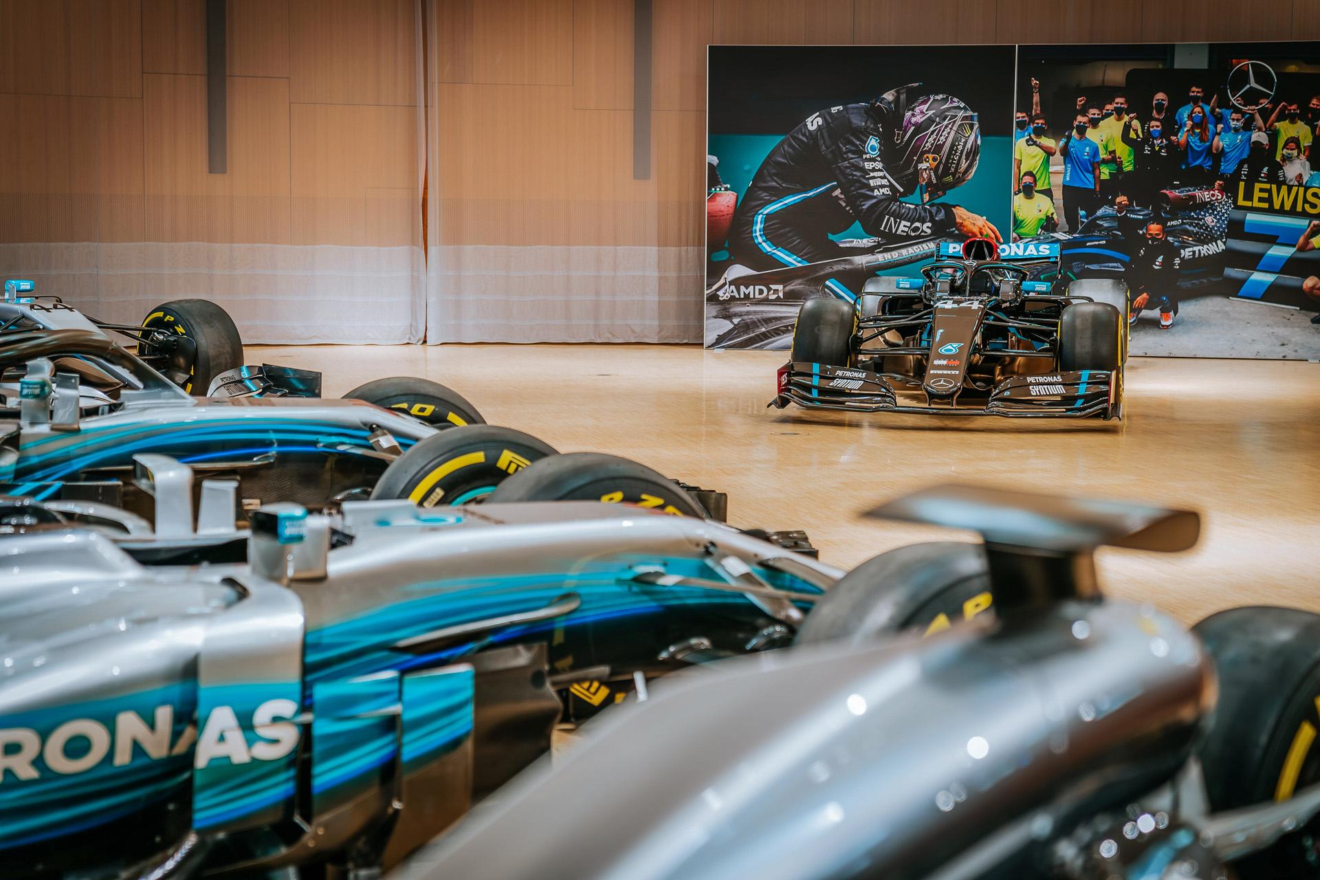 Mercedes-Benz Museum, Sonderpräsentation im Großen Saal auf der Eingangsebene mit allen Formel-1-Rennwagen des Mercedes-AMG Petronas Formula One Teams von 2014 bis 2020. Im Hintergrund der Mercedes-AMG F1 W11 EQ Performance aus dem Jahr 2020. Die Sonderpräsentation ist zu sehen vom 1. Juni bis 25. Juli 2021