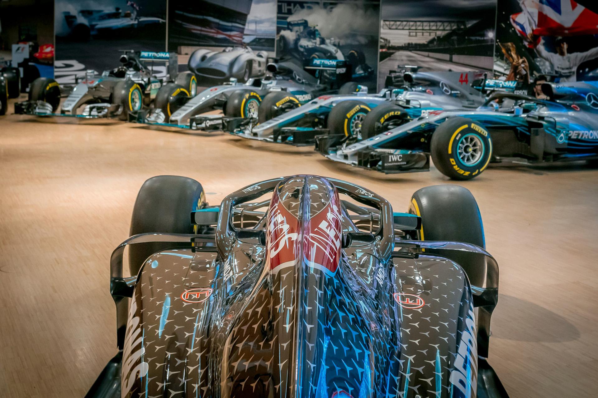Mercedes-Benz Museum, Sonderpräsentation im Großen Saal auf der Eingangsebene mit allen Formel-1-Rennwagen des Mercedes-AMG Petronas Formula One Teams von 2014 bis 2020. Im Vordergrund der Mercedes-AMG F1 W11 EQ Performance aus dem Jahr 2020. Die Sonderpräsentation ist zu sehen vom 1. Juni bis 25. Juli 2021.