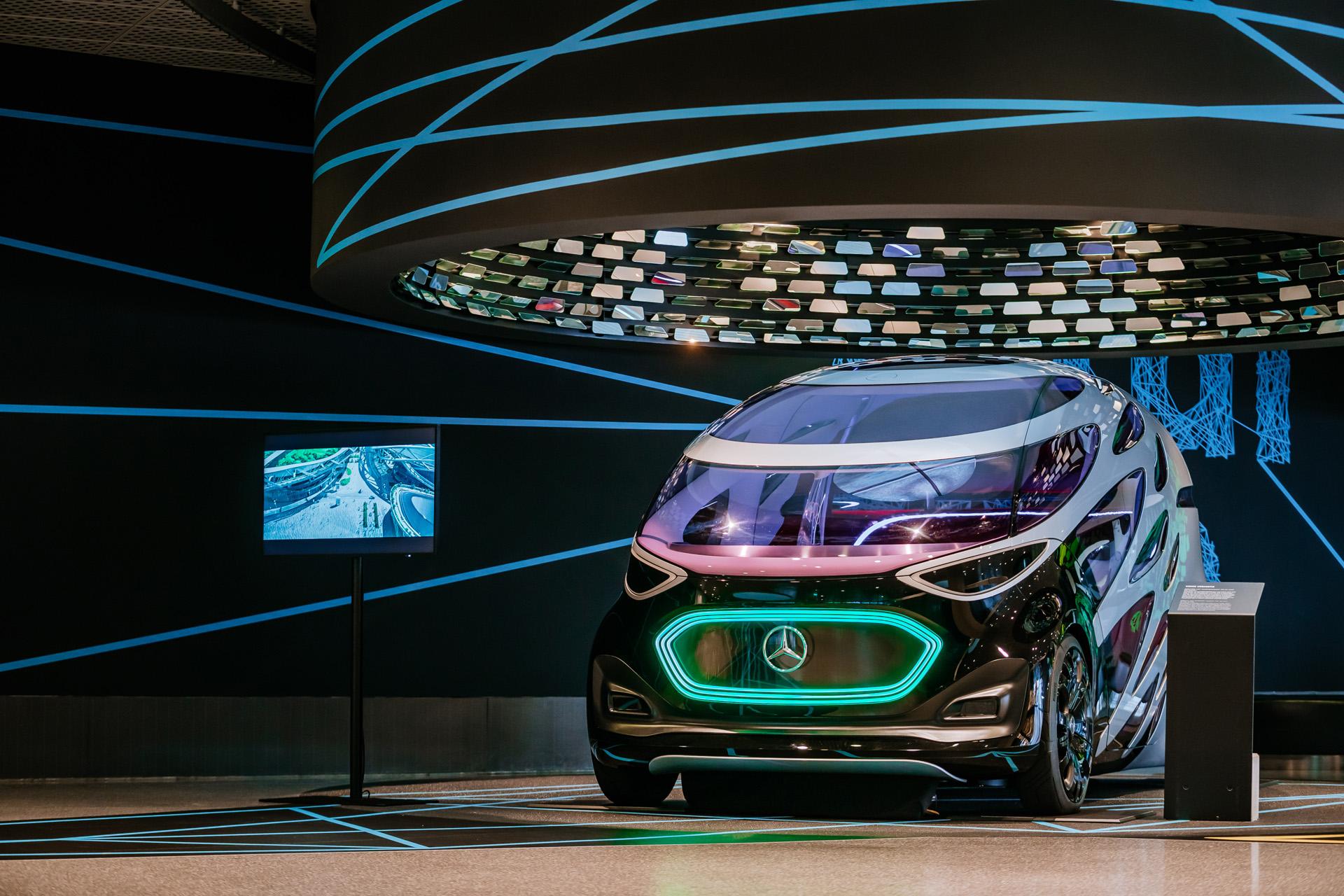 """Mercedes-Benz Museum, Sonderausstellung """"Zukunft Mobilität"""" vom 1. Juni 2021 bis Ende März 2022. Die 2018 vorgestellte Studie Mercedes-Benz Vision URBANETIC ist ein autonom fahrendes Elektroauto, das digital vernetzt in der Stadt unterwegs ist. Es kommuniziert intuitiv mit den Menschen in seinem Umfeld und den Passagieren."""