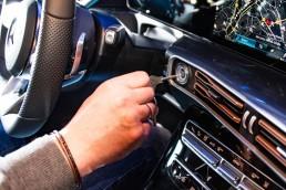 """Der Zündschlüssel, eines von """"33 Extras"""" des Mercedes-Benz Museums: Längst ist der Bartschlüssel abgelöst von handlichen Elektronikeinheiten als Teil eines Fahrtberechtigungssystems. Zündschlüssel eines Lastwagens Mercedes-Benz LP 1513."""