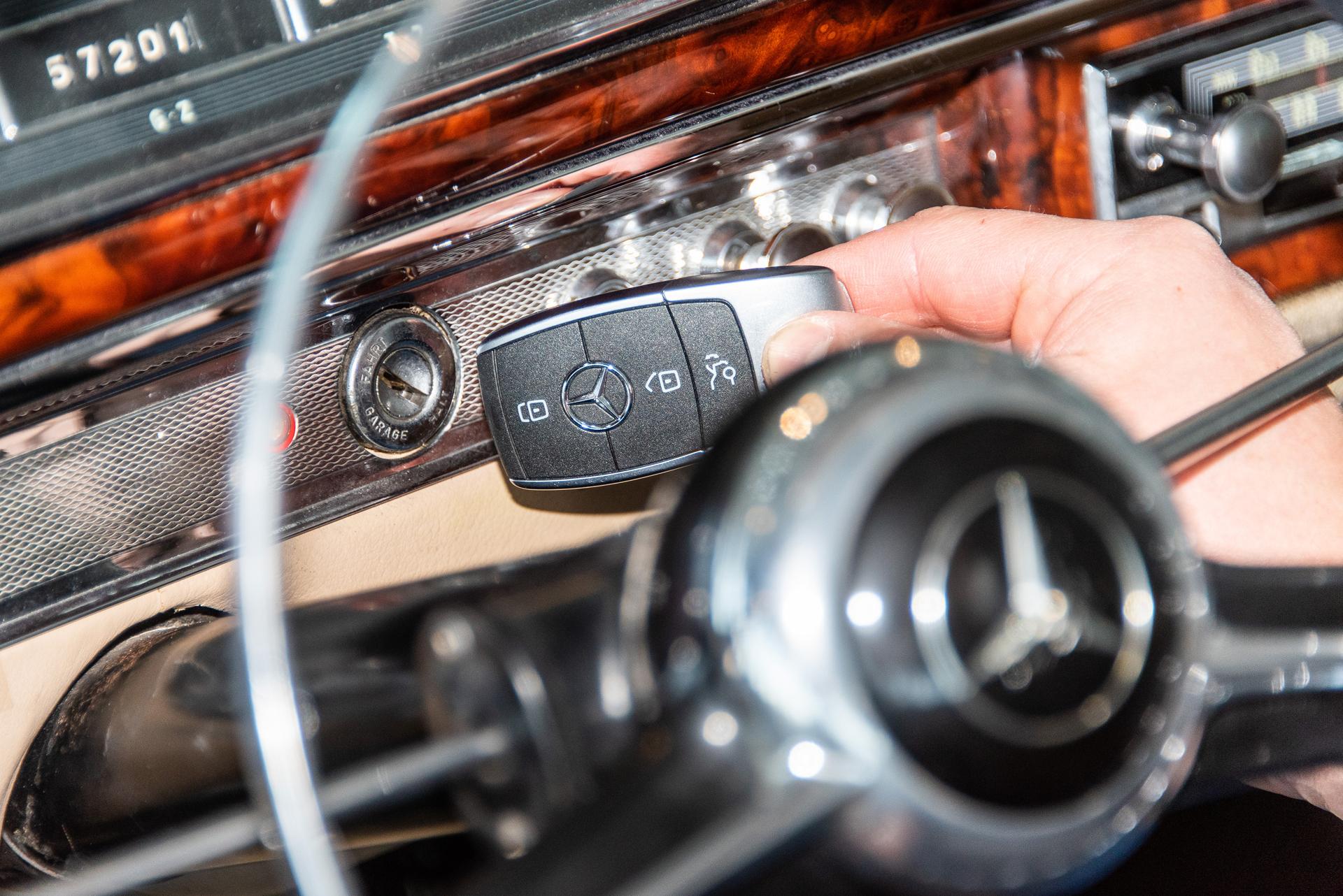 """Der Zündschlüssel, eines von """"33 Extras"""" des Mercedes-Benz Museums: Längst ist der Bartschlüssel abgelöst von handlichen Elektronikeinheiten als Teil eines Fahrtberechtigungssystems. Hier am Zündschloss eines Mercedes-Benz 220 S Cabriolet (W 180)."""