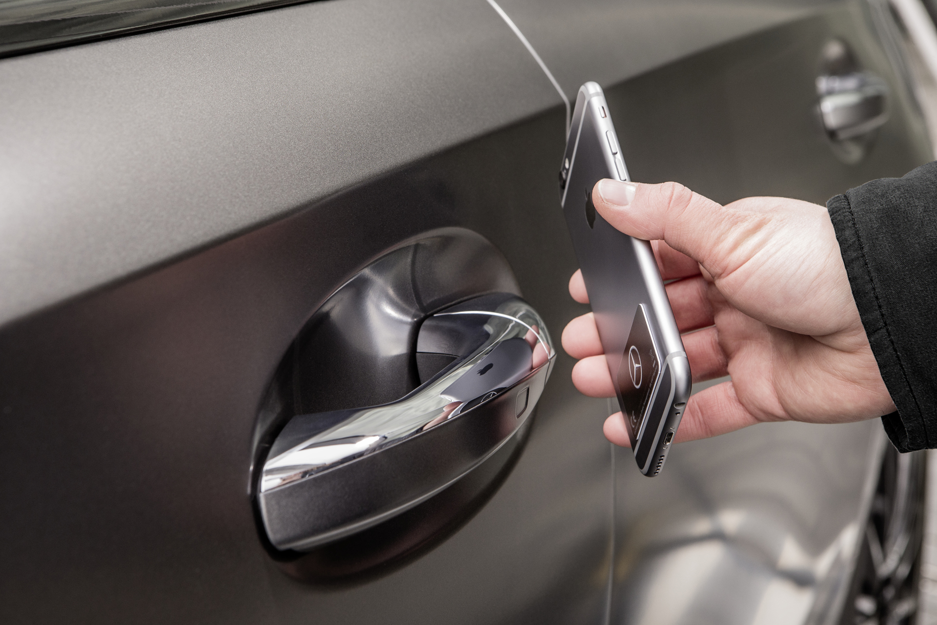 Moderner Zündschlüssel: Das Smartphone wird zum Ersatz. Gespeichert ist ein digitaler Schlüssel, den Fahrzeugsensoren erkennen.