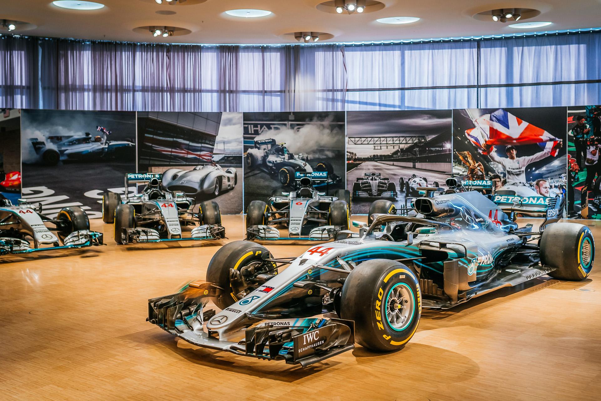 Mercedes-Benz Museum, Sonderpräsentation im Großen Saal auf der Eingangsebene mit allen Formel-1-Rennwagen des Mercedes-AMG Petronas Formula One Teams von 2014 bis 2020. Im Vordergrund der Mercedes-AMG F1 W09 EQ Power+ aus dem Jahr 2018. Die Sonderpräsentation ist zu sehen vom 1. Juni bis 25. Juli 2021.