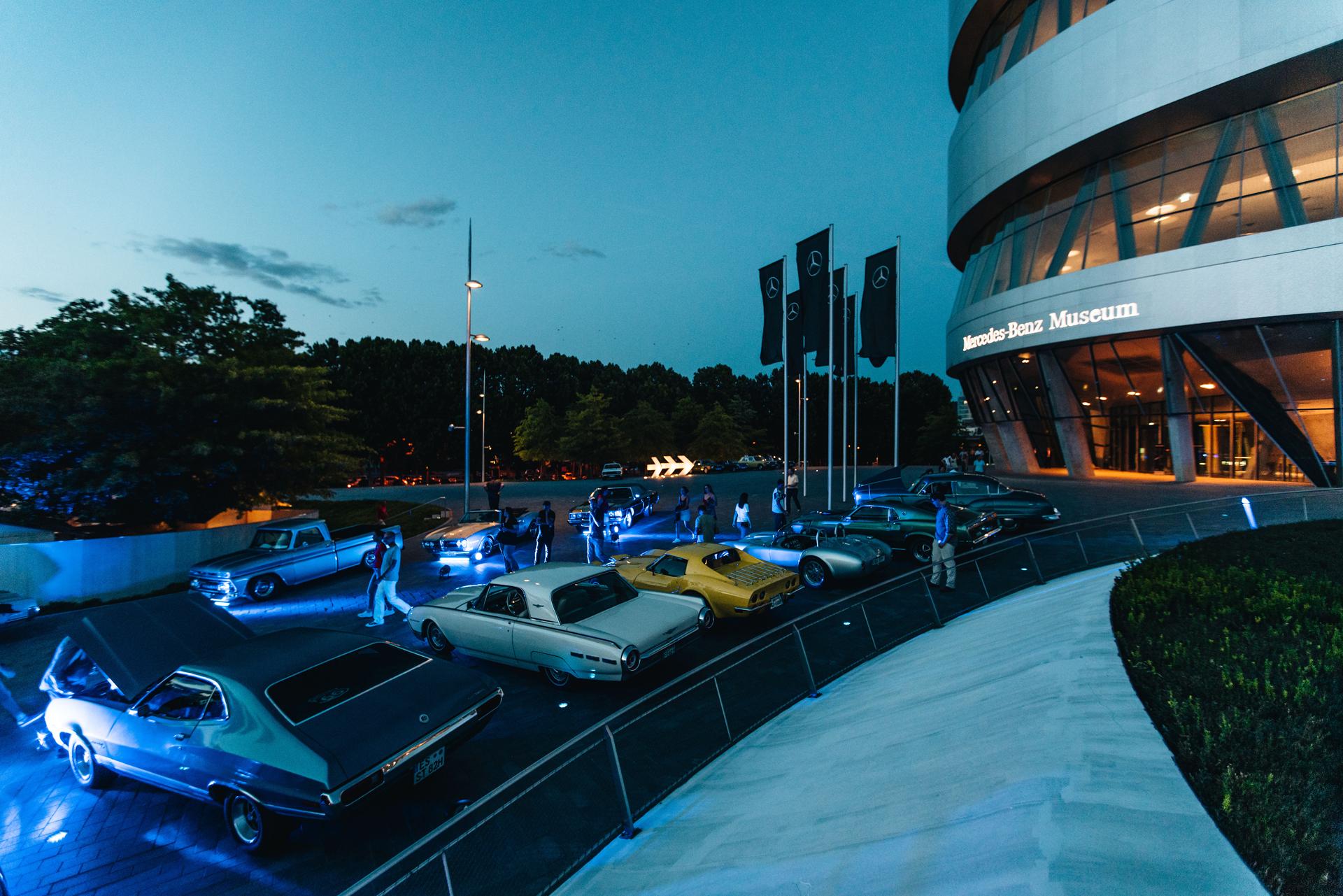 """Automobile Sommertreffs """"Classics & Coffee"""" sowie """"Sterne unterm Stern"""" am Mercedes-Benz Museum von Juni bis Oktober 2021. Foto der Veranstaltung unter dem früheren Namen """"Cars & Coffee"""" in der Sonderausgabe """"Nightshift"""" mit """"Salsa unter den Sternen"""" am 10. August 2019."""