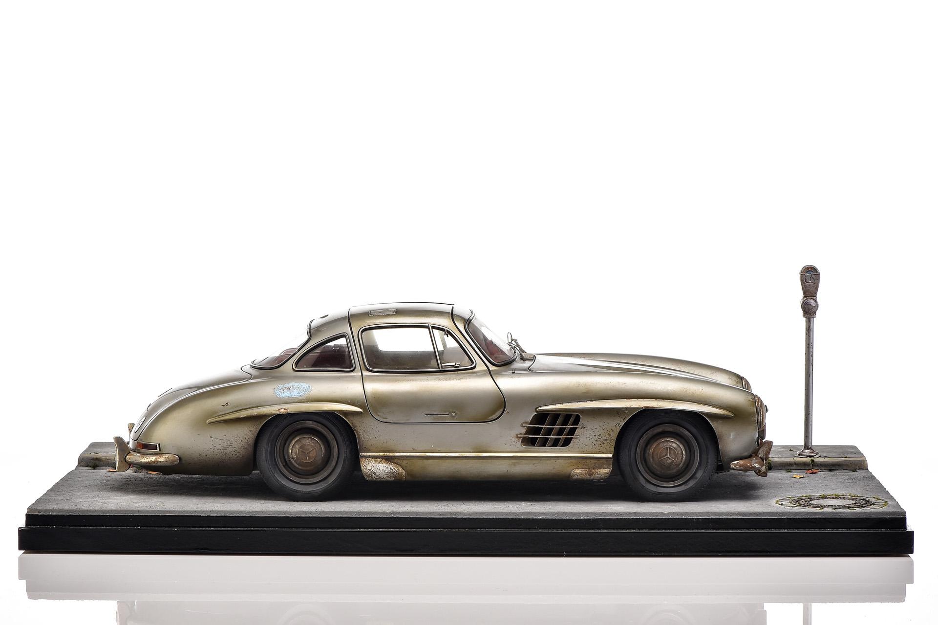 Mercedes-Benz 300 SL Coupé (W 198). Diorama mit Modellauto im Maßstab 1:8 auf Basis digitaler Fahrzeugdaten handgebaut und patiniert. Zu den aufwendigen Details gehört ein eigens gewebter Stoff für die Sitzbezüge. Im Angebot des Mercedes-Benz Classic Shops für 19.990 Euro – nicht im Versand.
