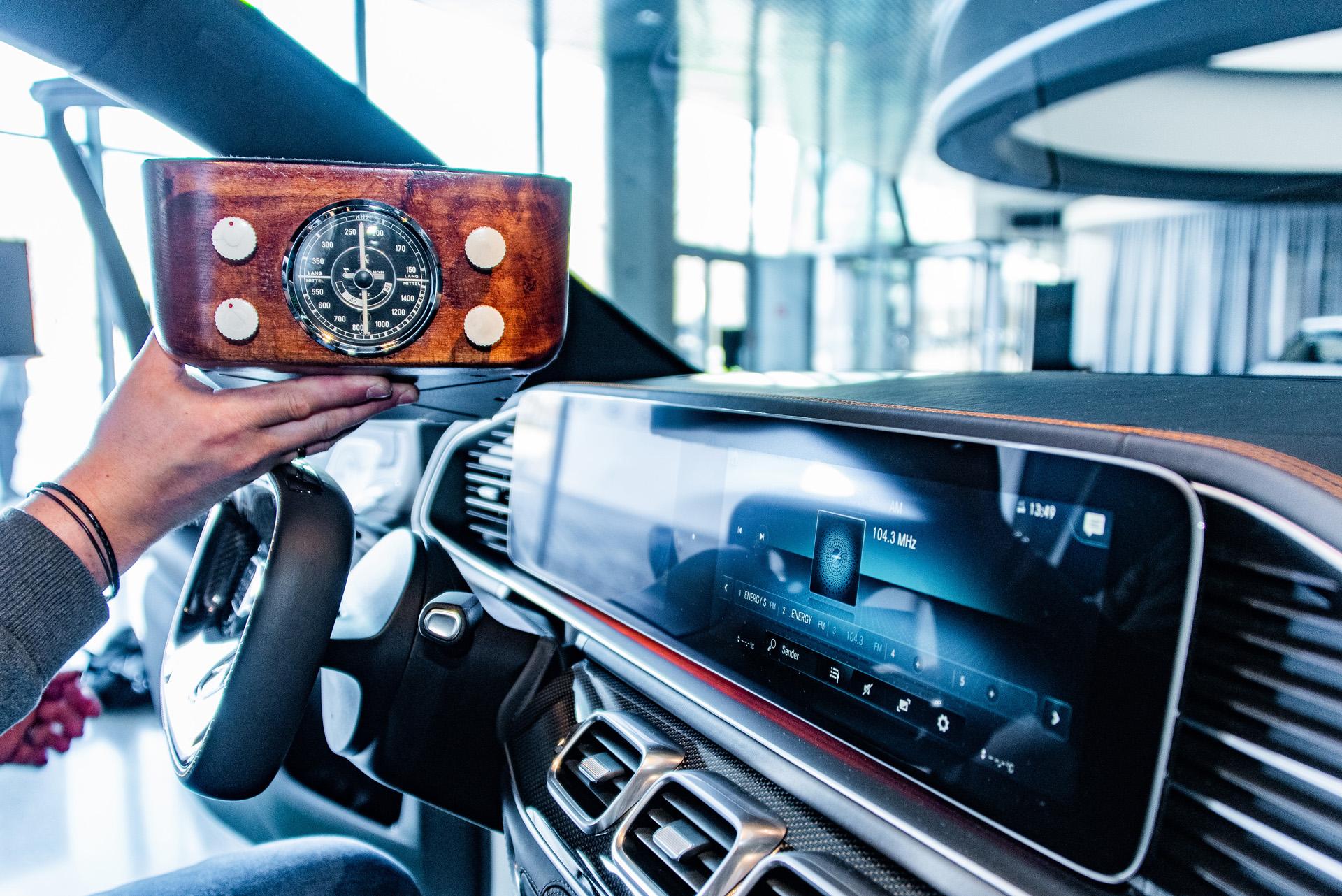 """Das Autoradio: links ein historisches Rundskalenautoradio vom Typ Becker Solitude aus den 1950er-Jahren mit holzverkleideter Front für den Einbau im Armaturenbrett. Exponat der """"33 Extras"""" im Mercedes-Benz Museum. Rechts das MBUX Display des Mercedes-Benz Experimental-Sicherheits-Fahrzeugs ESF 2019."""