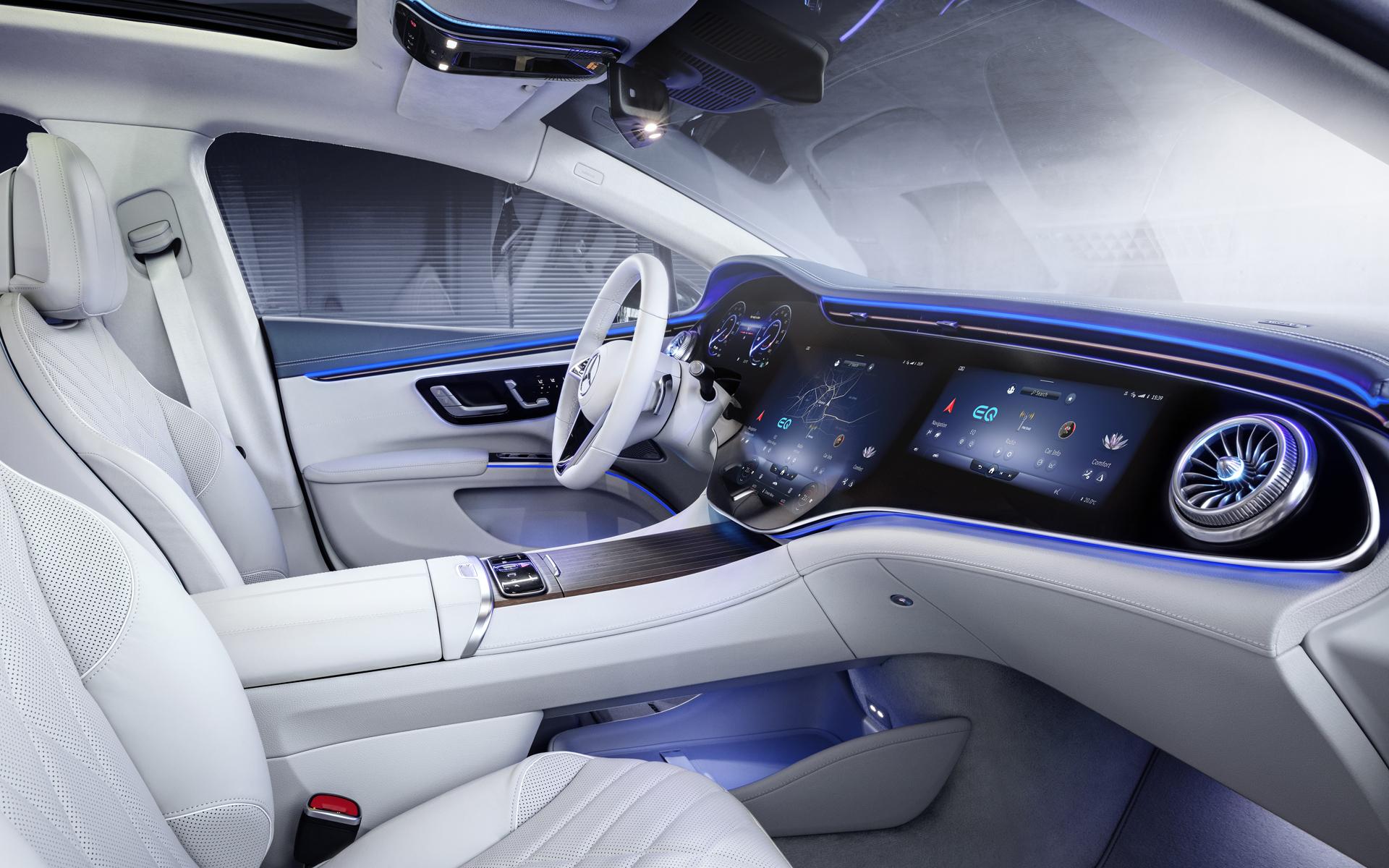 Mercedes-EQ EQS, Interieuraufnahme mit dem MBUX Hyperscreen aus dem Jahr 2020. Das Autoradio ist Teil des multimedialen, individualisierbaren und lernfähigen Infotainmentsystems.