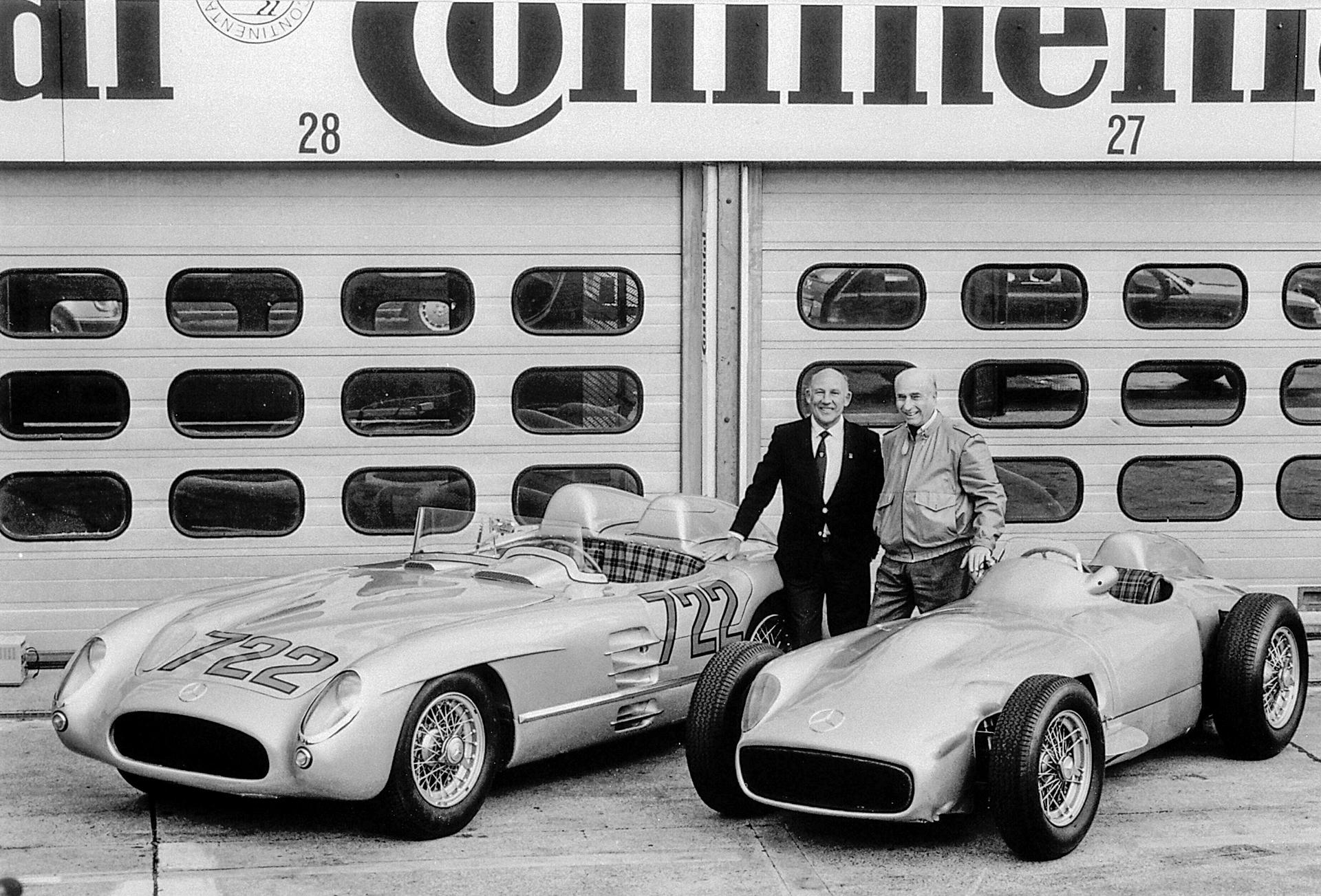 """Mercedes-Benz 300 SLR Rennsportwagen """"722"""" (W 196 S, links) und Mercedes-Benz Formel-1-Rennwagen W 196 R mit freistehenden Rädern. Foto mit den ehemaligen Rennfahrern Stirling Moss (links) und Juan Manuel Fangio vom Hockenheimring aus dem Jahr 1991."""