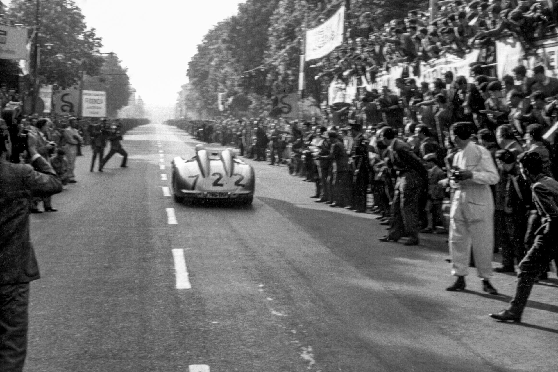 Mercedes-Benz 300 SLR Rennsportwagen (W 196 S). Foto von der Mille Miglia (Italien), 1. Mai 1955. Die späteren Sieger Stirling Moss/Denis Jenkinson im Fahrzeug mit der Startnummer 722 kurz nach dem Start in Brescia.
