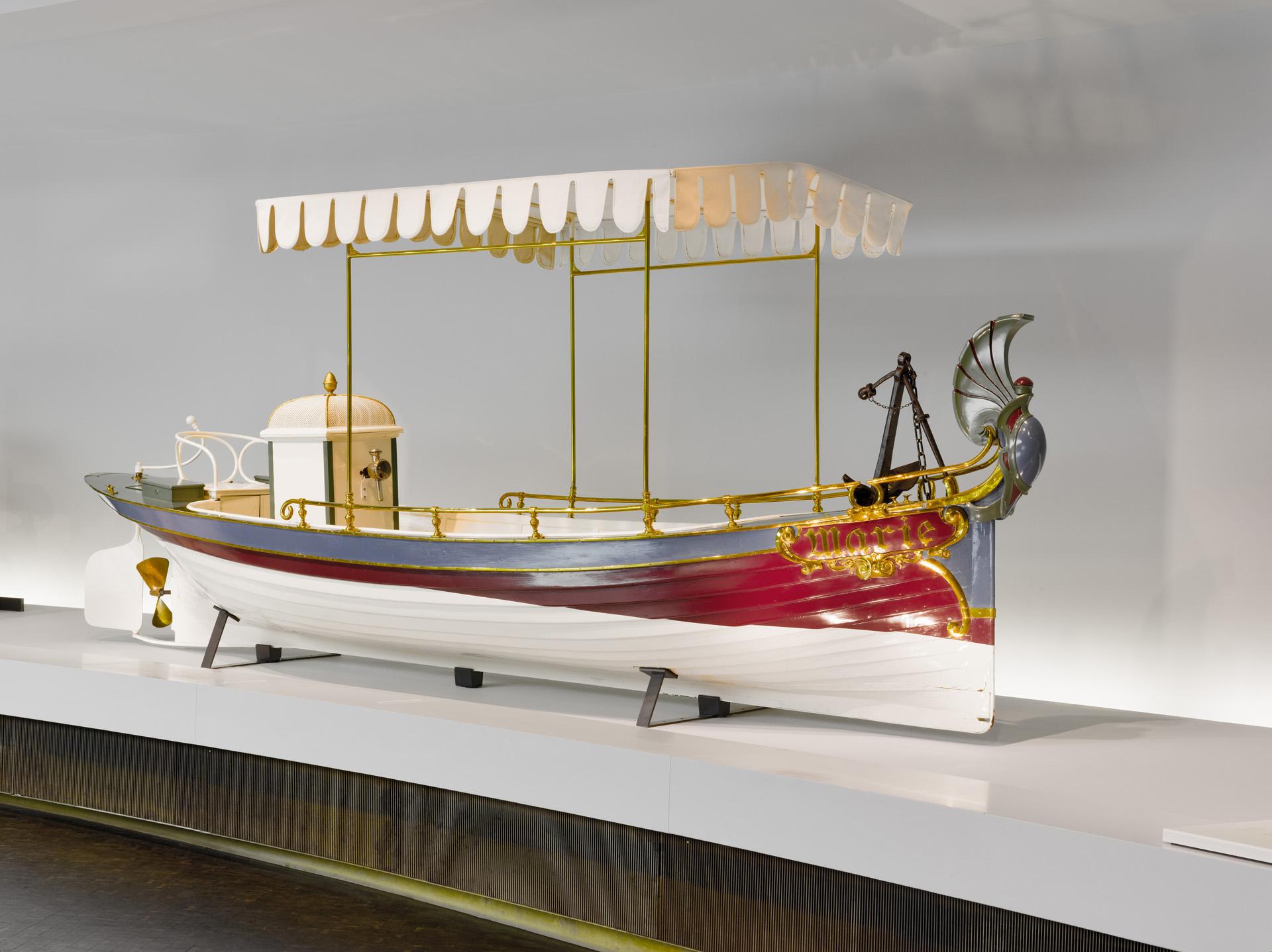 """Daimler-Motorboot """"Marie"""" aus dem Jahr 1888. Das Boot wird für Otto von Bismarck gebaut. Es gehört zur Dauerausstellung des Mercedes-Benz Museums im Raum Mythos 1: Pioniere – Die Erfindung des Automobils."""