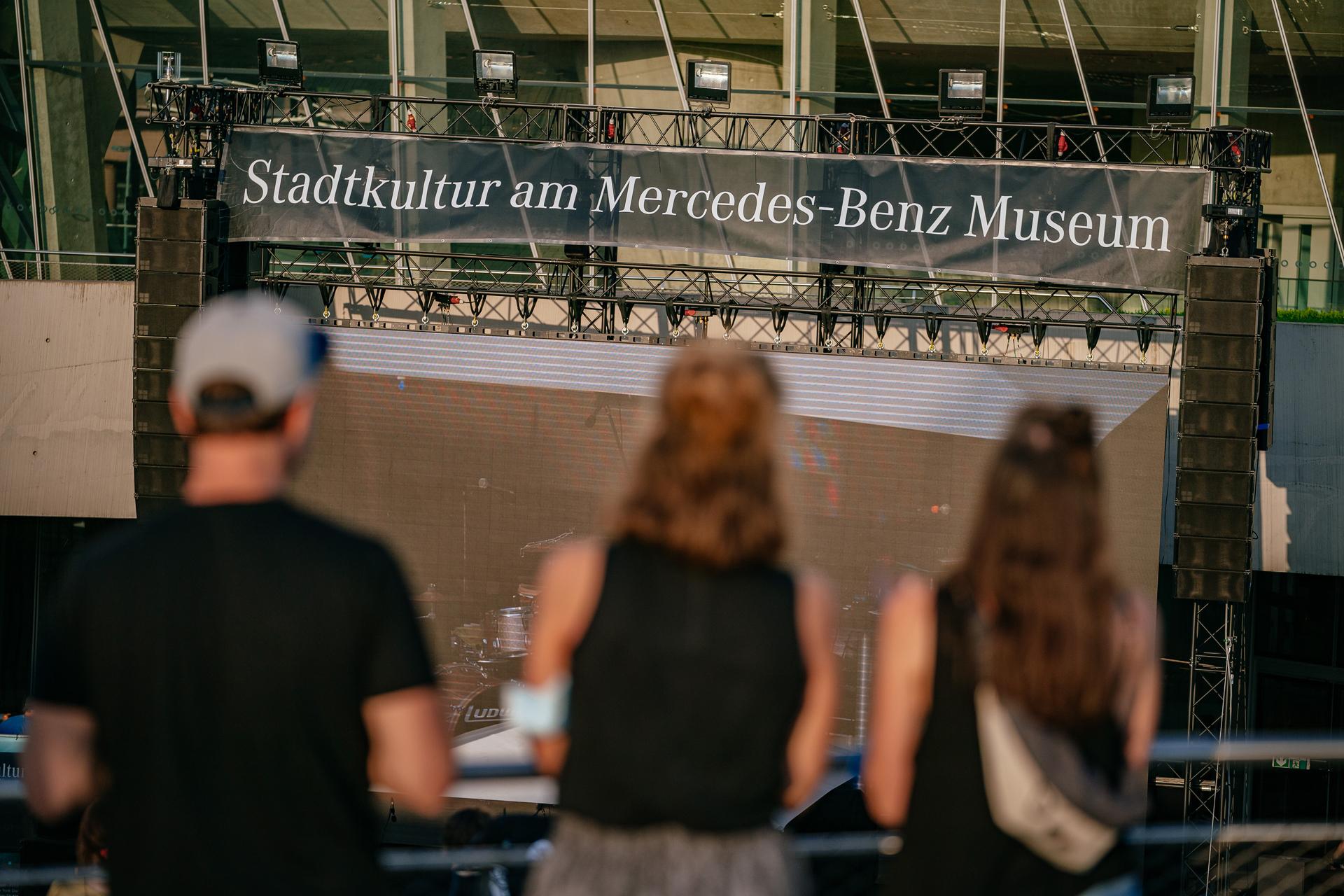 """Stadtkultur am Mercedes-Benz Museum"", Konzert von Carsten Meyer & Lucas Kochbeck am 18. Juli 2021 auf der Open Air Bühne am Museum."
